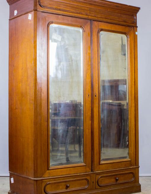 Klassikaline peeglitega riidekapp